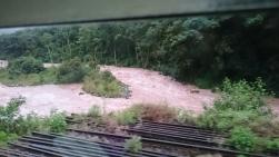 Floden brevid järnvägen.