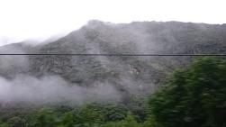 Berg på båda sidor av järnvägen.